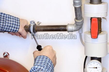 tighten a pipe