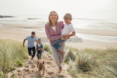 familia caminando por una duna de