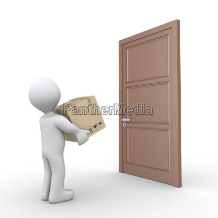 la persona entrega un paquete