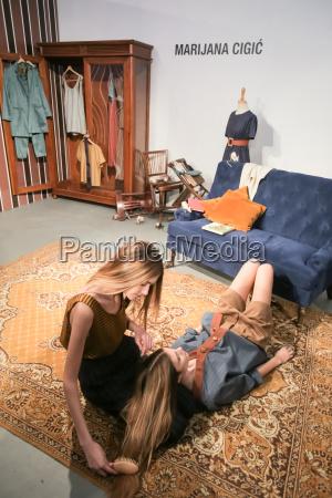 mujer falda mostrar moda estilo de