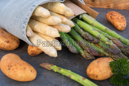 esparragos frescos con patatas nuevas