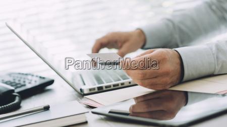empresario haciendo banca en linea
