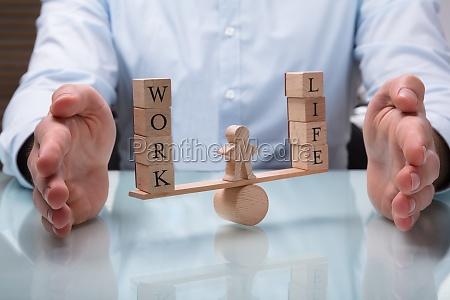 empresario protegiendo el equilibrio entre la
