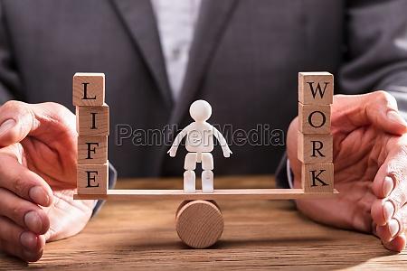 empresario protegiendo el trabajo y el
