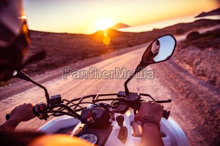la motocicleta viaja