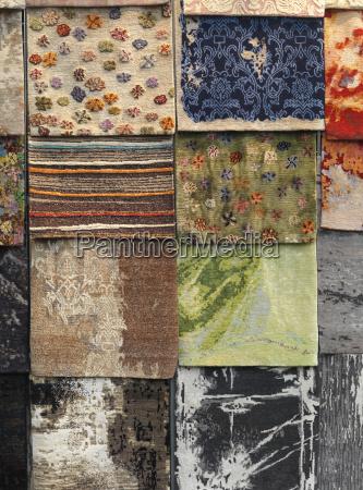 alfombras coloridas exhibidas
