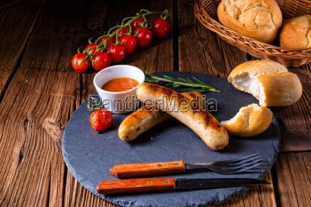 bratwurst rustico con ketchup y rollos