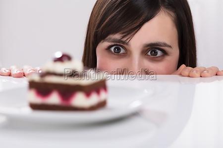 mujer comida perdida pastel tortas crema