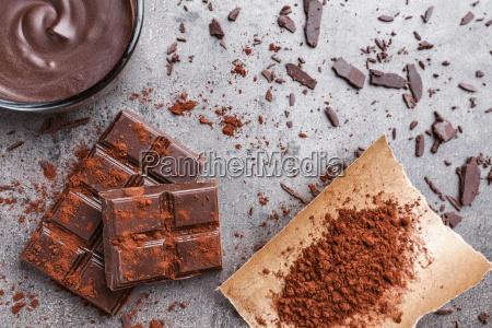 delicioso chocolate sobre un fondo rustico