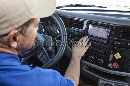 conductor estacionado al lado de la