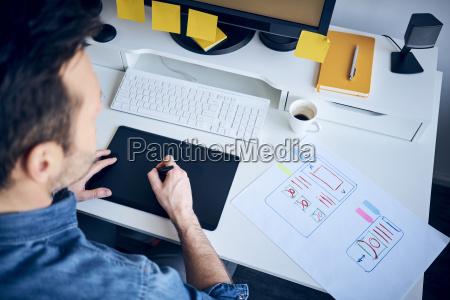 disenyador web que desarrolla un disenyo