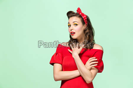 hermosa mujer joven con maquillaje pinup