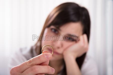 mujer que sostiene el anillo de