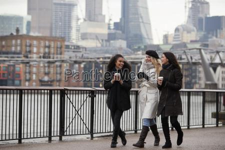las amigas caminan por la orilla
