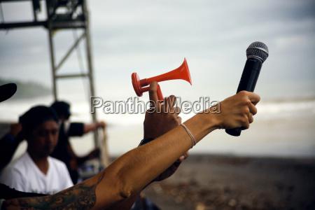 imagen recortada de personas sosteniendo microfono