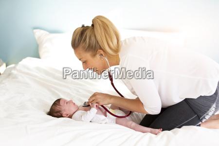 el pediatra examina al bebe con