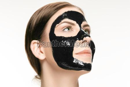 joven hermosa mujer aplicando una mascara