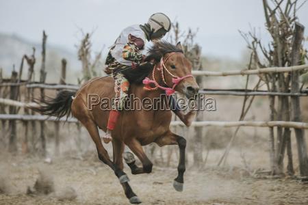 caballo de carreras jockey durante las