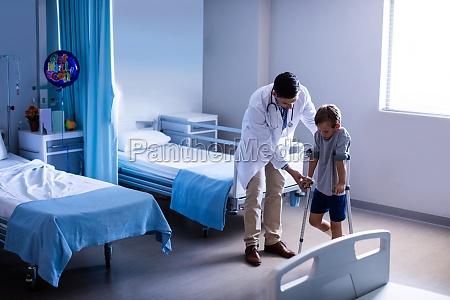 doctor ayudando al ninyo lesionado a