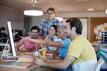 equipo de negocios creativo discutiendo mientras
