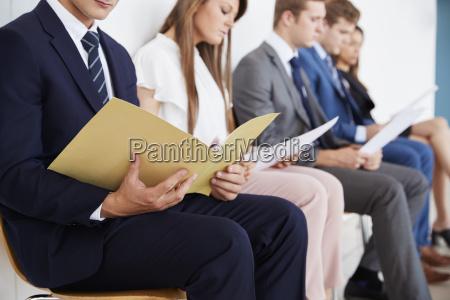 candidatos esperando entrevistas de trabajo seccion