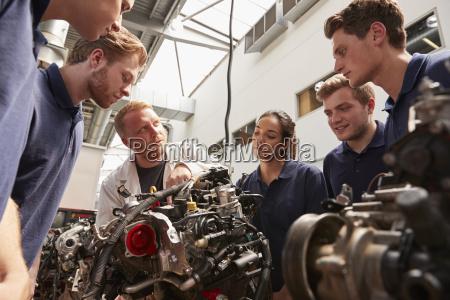 mecanico que muestra los motores a