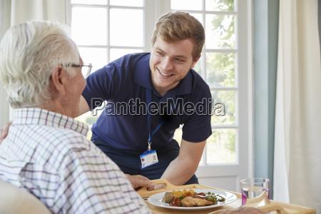 trabajador de cuidado masculino sirviendo la