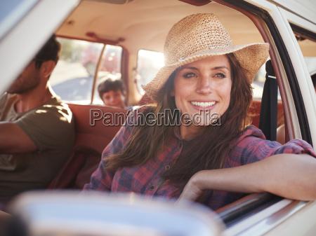 familia relajante en coche durante el
