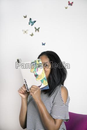 mujer cubriendo la cara con el