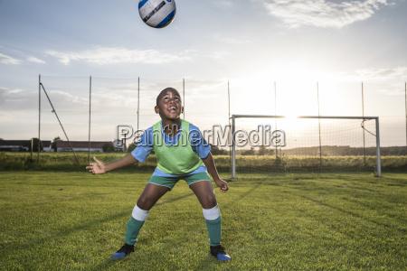 joven jugador de futbol que dirige