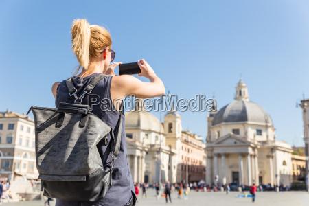 turista femenino con una mochila hipster