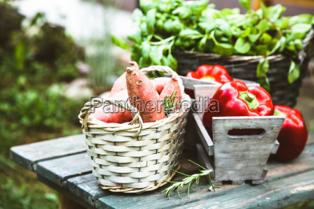 verduras frescas en madera