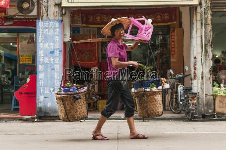 una mujer que lleva sus compras