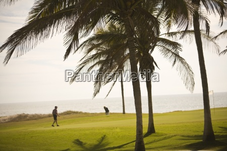 golfistas jugando en estella del mar