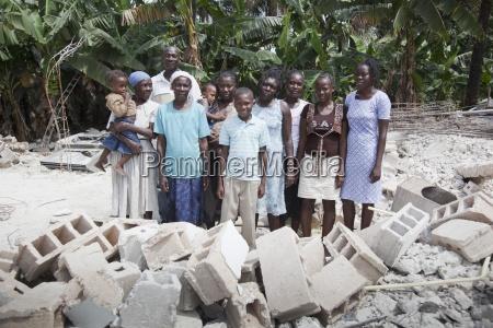 una familia haitiana se encuentra entre