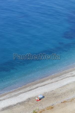 playa aislada por debajo de los