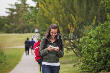 mujer joven caminando por un camino