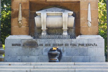 detalle monumento memorial espanya guerra horizontalmente