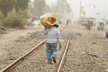 tren vehiculo transporte personas gente hombre