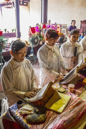 mujeres cantando en el dios oficial