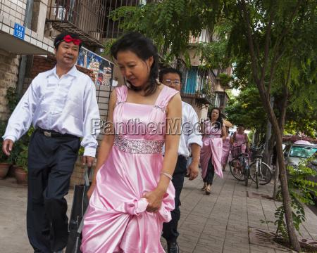 hombres y mujeres vestidos formalmente para