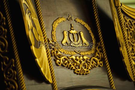 primer plano del emblema en el