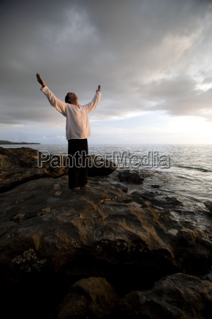 una persona con los brazos levantados