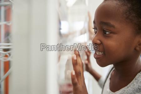 joven chica negra mirando de cerca
