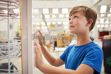 joven blanco mirando la exposicion de
