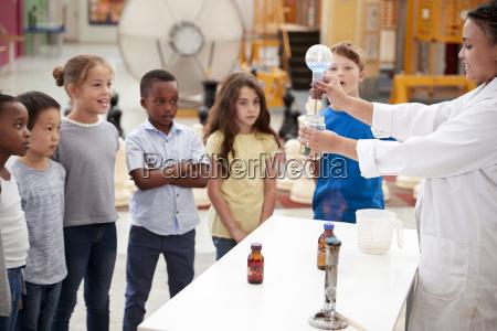 mujer presentacion profesor educacion experimento ciencia