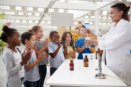 tecnico de laboratorio mostrando a los