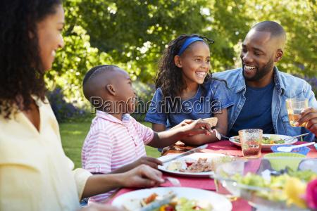 padres y ninyos almorzando juntos en