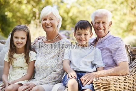 abuelos y nietos sentados en el