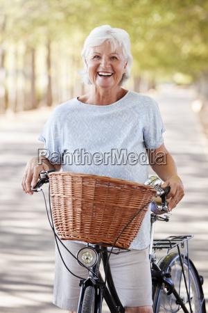 retrato de la mujer mayor sonriente